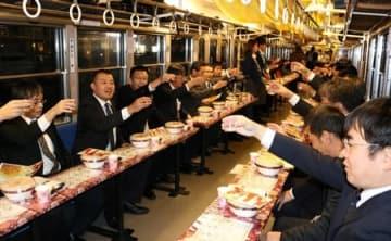 電車に揺られて地元の酒を楽しむ「近江の地酒電車」の昨年の様子