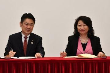 協力覚書署名式に臨む日本国の山下貴司法務大臣(左)と香港特別行政区のテレサ・チェン法務長官(右)=2019年1月9日(写真:news.gov.hk)