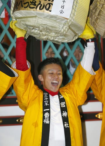 西宮神社の「開門神事福男選び」で一番福になった山本優希さん=10日午前、兵庫県西宮市
