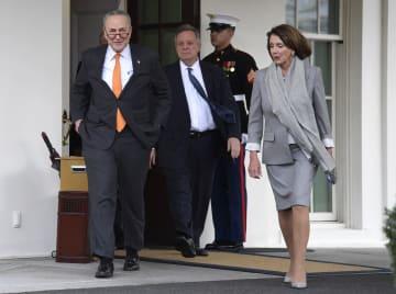 トランプ米大統領との協議後、ホワイトハウスの建物を出るペロシ下院議長(右)とシューマー上院院内総務(左)ら民主党指導部=9日、ワシントン(UPI=共同)