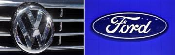 フォルクスワーゲンのロゴ(左、AP=共同)、フォードのロゴ(UPI=共同)