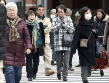各地でこの冬一番の寒さとなり、防寒着に身を包んで歩く人たち=10日午前、JR東京駅前