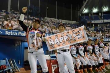昨季限りで現役を引退した川端友紀(左)と楢岡美和【写真提供:日本女子プロ野球リーグ】