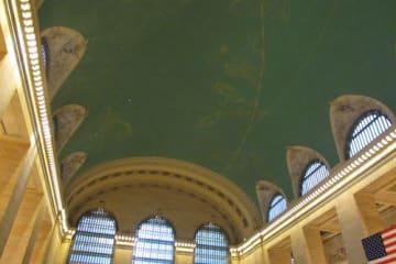 星座をモチーフにしたメーンコンコースの天井。修復前は真っ黒になっていた