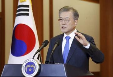 10日、ソウルの韓国大統領府で年頭会見する文在寅大統領(聯合=共同)