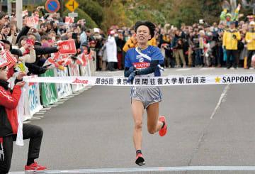 区間新で往路ゴールの芦ノ湖畔に到着した東海大の西田壮志選手
