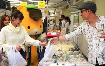 県産品の買い物を楽しむ来店客