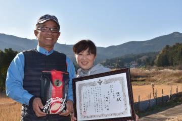 「あなたが選ぶ日本一おいしい米コンテスト」で2年連続金賞に輝いた岡田さん夫婦=石岡市