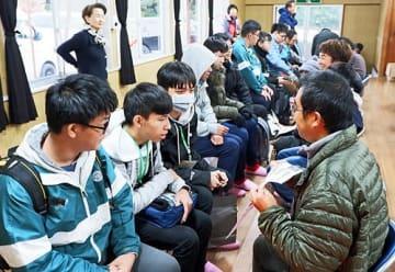 【受け入れ家庭となるかえるの宿のメンバー(右側)と対面する台湾の生徒=和歌山県印南町印南原で】