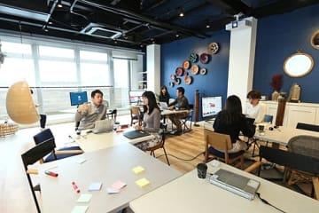 【三菱地所が整備したオフィスで働く三菱UFJ銀行の社員(10日、和歌山県白浜町で)】