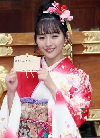 エイベックス・マネジメントの「新春参拝&晴れ着撮影会」に登場した「SUPER☆GiRLS」の浅川梨奈さん