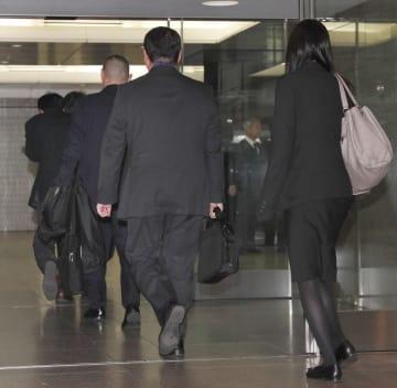 商船三井客船の立ち入り検査に向かう国交省職員ら=10日午後、東京都港区