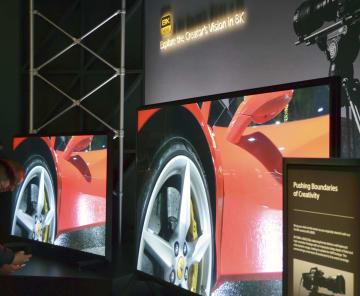 家電見本市「CES」にソニーが展示した8K液晶テレビ=7日、米ラスベガス(共同)