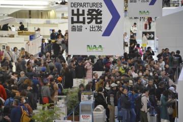 年末年始を海外で過ごす人たちの出国ラッシュで混雑する成田空港=2018年12月29日