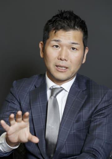 インタビューに答えるRIZAPグループの瀬戸健社長