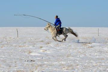 冬の草原に広がる一面の銀世界 内モンゴル自治区