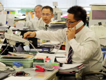 住民からの電話相談の対応に追われる町職員