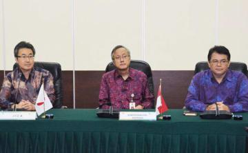 「スラウェシ島の被災地復興に日本の知見を役立てたい」と話すJICAインドネシア事務所の山中所長(左端)=10日、ジャカルタ(NNA撮影)