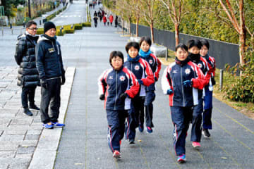 宿舎近くで練習する北海道チーム。「被災地を勇気づけたい」と都大路に臨む(9日午後4時12分、京都市東山区)=撮影・船越正宏