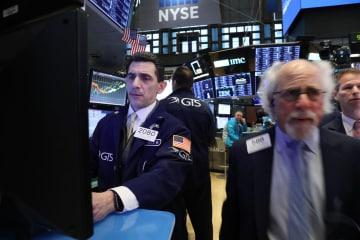 ニューヨーク証券取引所のトレーダー(ゲッティ=共同)