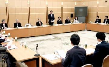 いじめ防止策や福井県の基本方針改定案について話し合ったいじめ問題対策連絡協議会=1月10日、福井県国際交流会館