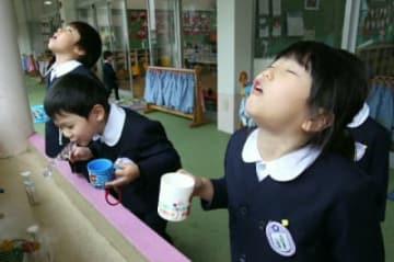 インフルエンザ対策でうがいをする園児=10日、大分市の明照幼稚園