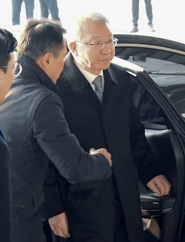 検察に出頭した梁承泰・前最高裁長官=11日、ソウル(共同)