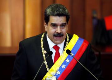 10日、ベネズエラ・カラカスで演説するマドゥロ大統領(ロイター=共同)