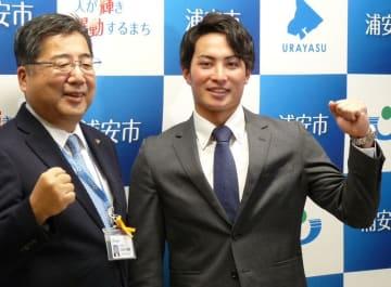 内田市長(左)にプロ入りを報告した吉田選手=浦安市役所
