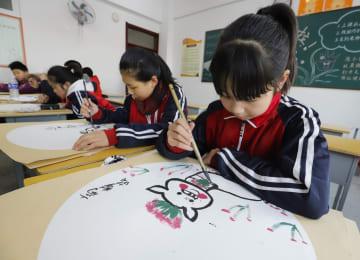 豚をモチーフにした作品作りで「己亥年」を迎える 河北省遵化市