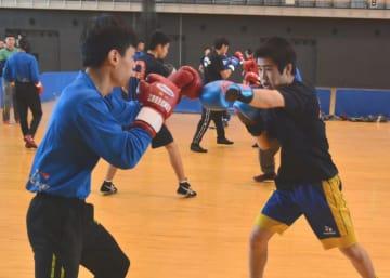 マスボクシングに臨み、真剣な表情を見せる日本と台湾のボクシング選手たち
