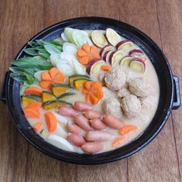 鶏肉のソーセージとつみれを具材にした鍋(恵幸川鍋同盟提供)