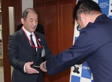 署長感謝状を受け取る小川会長(左)=江迎署