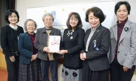 石井理事長(中央左)に目録を手渡す八田会長ら