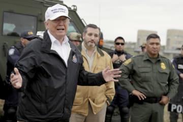 10日、メキシコと国境を接する南部テキサス州マッカレンを訪れたトランプ米大統領(AP=共同)