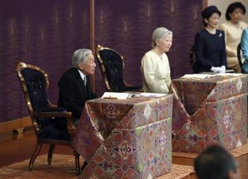 「講書始の儀」で講義を受けられる天皇、皇后両陛下=11日午前、宮殿・松の間(代表撮影)