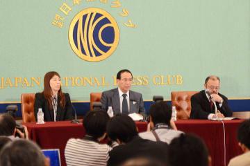 オリンピック競技からの除外候補となったレスリングの復活を訴え、日本記者クラブでアピールする福田会長と吉田沙保里選手=2013年2月