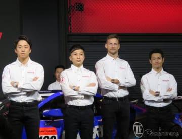 左から伊沢拓也、野尻智紀、バトン、山本尚貴。