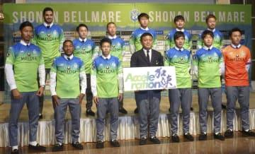 新体制を発表し、写真に納まるJ1湘南のチョウ貴裁監督(前列中央)と新加入の選手たち=11日、神奈川県平塚市
