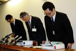 メモ隠蔽で幹部の処分を発表し、謝罪する神戸市教委幹部=11日夜、同市役所