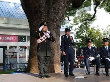 正しい110番通報の方法を紹介した坂本さん(左)=秦野市内