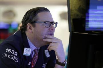 モニターを見つめるニューヨーク証券取引所のトレーダー=11日(AP=共同)
