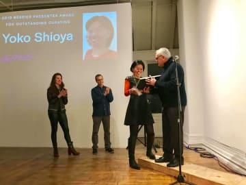 マンハッタン区バワリーのラ・ママ劇場内ギャラリーで行われた授賞式での塩谷陽子さん(写真右から2人目) © Japan Society (NY)
