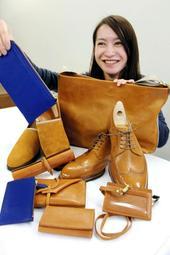 神戸ビーフの皮革で制作した小物や靴、かばん。青い製品はイノシシの皮革から作った=神戸市役所