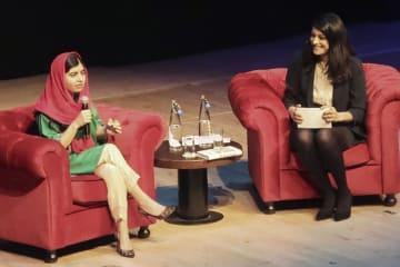 新著の出版記念講演会で、難民の少女らとの出会いについて話すマララ・ユスフザイさん(左)=11日夜、ロンドン市内(共同)