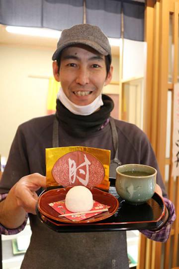 肘神神社にちなんで商品化した和菓子「神の肘置」=高山市本町、イータウン飛騨高山