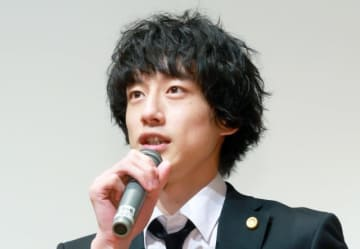 変わり者の凄腕弁護士を演じる坂口健太郎