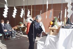 豊漁や無事を願い、玉串をささげる松田組合長