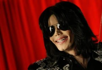 1月10日、2009年に薬物の過剰投与のため50歳で死去した米ポップ歌手、マイケル・ジャクソンさんの遺産管理団体が今月公開されるジャクソンさんのドキュメンタリー映画の主題となっている複数の子どもへの性的虐待について、ジャクソンさんの知名度で利益を得ようとする新たな「無礼かつ哀れな試み」と非難した。写真は2009年3月5日にロンドンで撮影 - (2019年 ロイター/Stefan Wermuth)