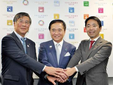 新駅誘致などについて合意した(左から)鈴木藤沢市長、黒岩県知事、松尾鎌倉市長
